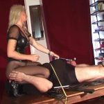Kelly Kalashnik In Scene: WORSHIP MY PANTYHOSE WHILE I DESTROY YOUR NUTS – FACESITTING-QUEEN – SD/576p/WMV