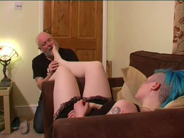 Mistress TORZ In Scene: SNIFFING TORZ SLEEPY FEET - TOES2NOSE - SD/480p/MP4