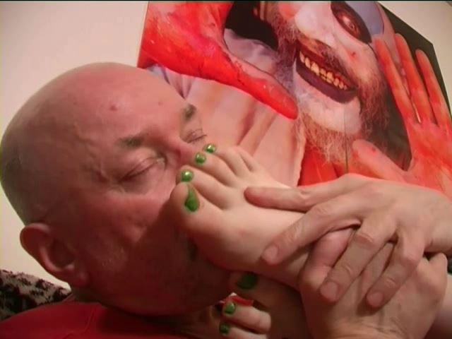 Mistress TORZ In Scene: TORZ SLEEPS WHILE I SMELL HER FEET - TOES2NOSE - SD/480p/MP4