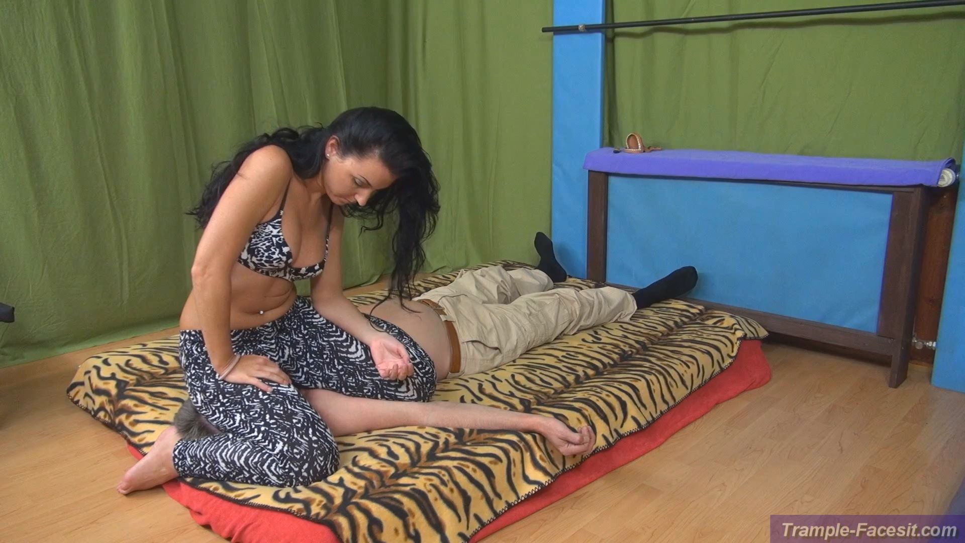 Isabella In Scene: School-girl-pin and bodyweight game - FACESITTING-PARADISE - FULL HD/1080p/MP4