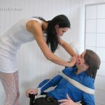 Mistress Iwona In Scene: Smothered by her big hands – HOMSMOTHER – HD/720p/WMV