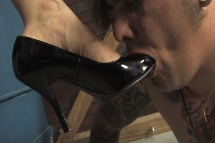 Mistress Shauna Ryanne In Scene: Shauna found out that this loser is a total pain slut - VIOLENTCHICKS - SD/480p/MP4