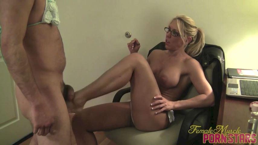 Samantha In Scene: Kiss My Feet - FEMALEMUSCLEPORNSTARS / FEMALEMUSCLENETWORK - SD/480p/MP4