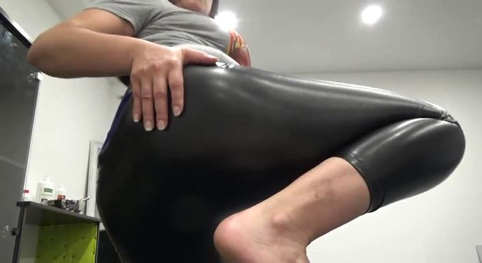 MISTRESS ROBERTA In Scene: FARTING IN BLACK LEATHER LEGGINGS - HOUSE OF PAIN - LQ/384p/MP4