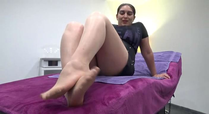 MISTRESS ROBERTA In Scene: WORSHIP MY FEET IN SKIN COLOUR PANTYHOSE - HOUSE OF PAIN - LQ/384p/MP4