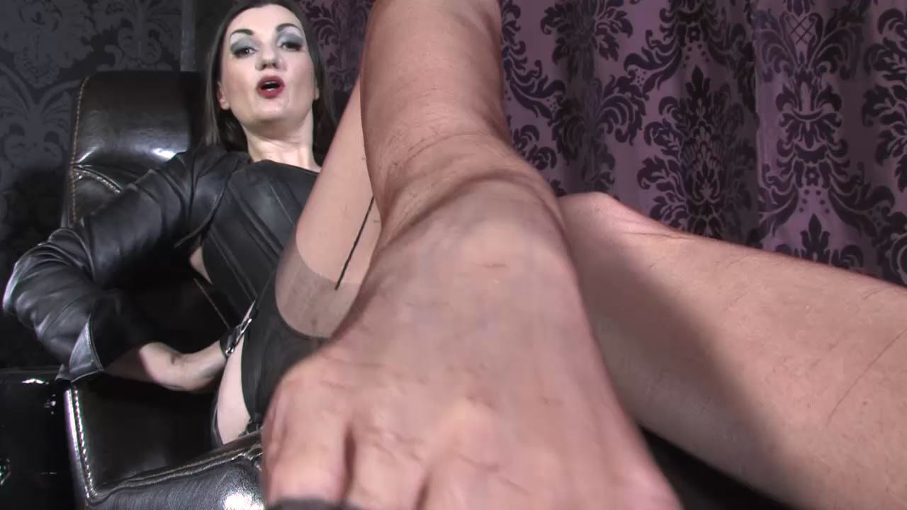 Lady Victoria Valente In Scene: Heels and foot worship - LADYVICTORIAVALENTE / REAL GERMAN MISTRESS - HD/720p/MP4