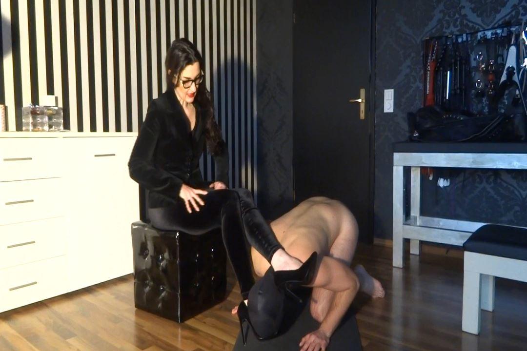 Lady Victoria Valente In Scene: Velvet Goddess worship - LADYVICTORIAVALENTE / REAL GERMAN MISTRESS - HD/720p/MP4