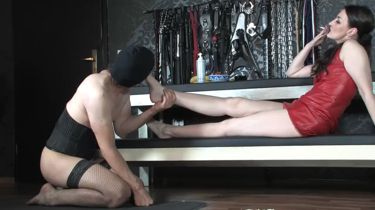 Lady Victoria Valente In Scene: Fruit crushing! Lick and clean my feet - LADYVICTORIAVALENTE / REAL GERMAN MISTRESS - HD/720p/MP4