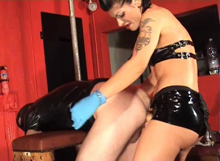 Mistress Dometria In Scene: Gaping Ass Strapon - MISTRESS DOMETRIA BDSM CLIPS / BRIGHTONDUNGEON - SD/528p/MP4