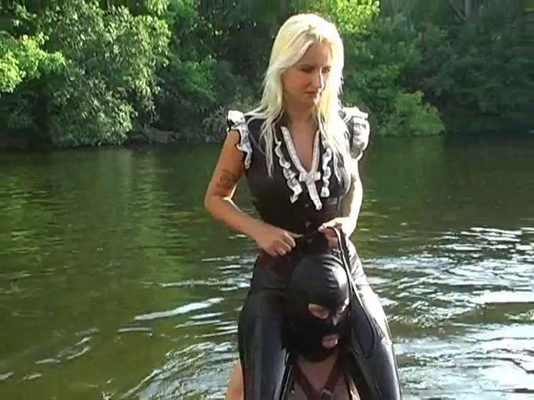 Mistress Kelly Kalashnik In Scene: SHOULDER RIDE IN BERLIN RIVER - RIDING-MISTRESS / DUTCH FEMDOM - SD/576p/MP4