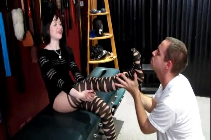 Mistress Varla`s Session Shoes & Stinky Nylons - CRUDELIS AMATOR BALLBUSTING FETISH - SD/480p/MP4