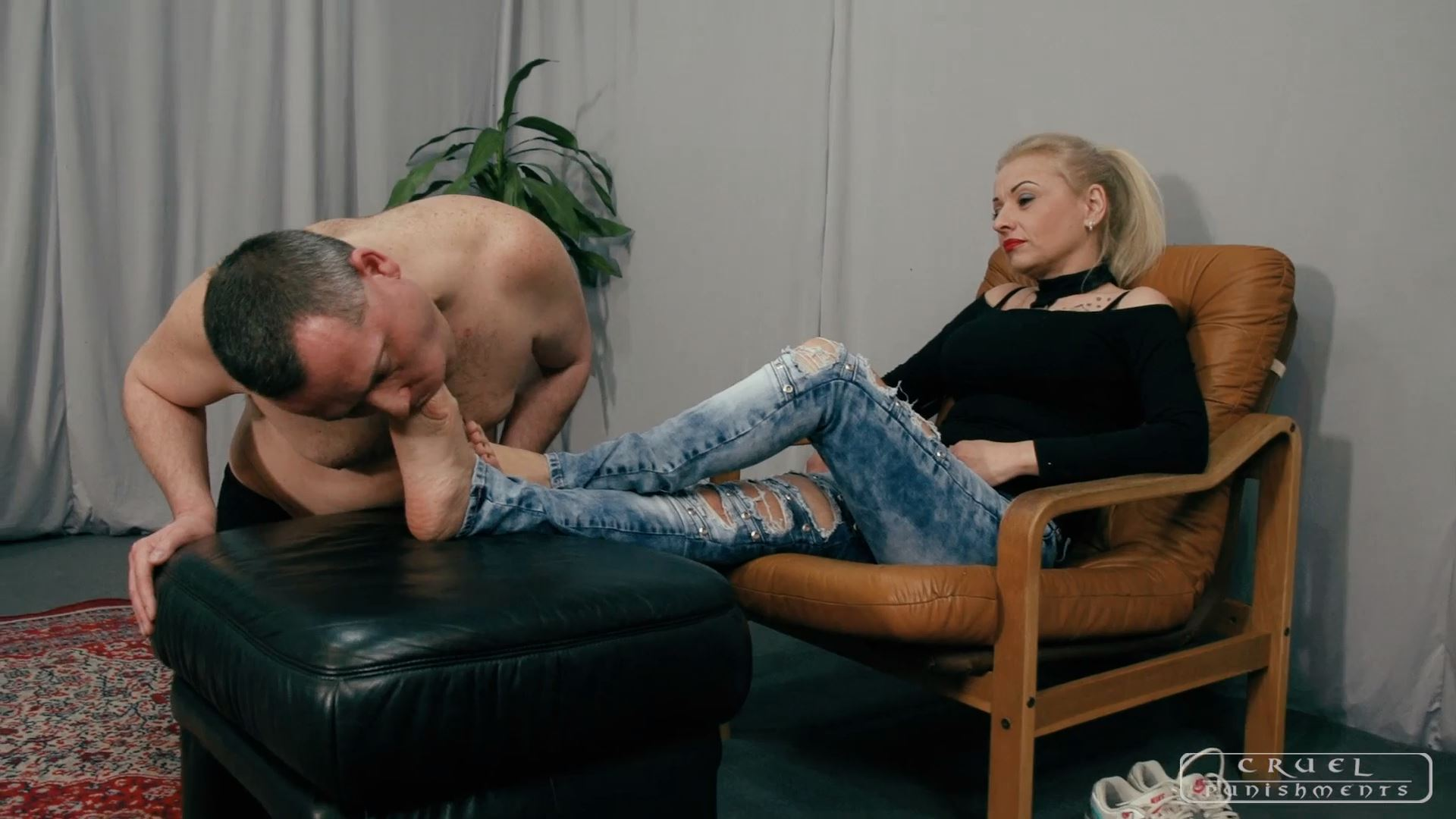 Lady Gwen In Scene: Cleaning her soles - CRUEL PUNISHMENTS - SEVERE FEMDOM - FULL HD/1080p/MP4