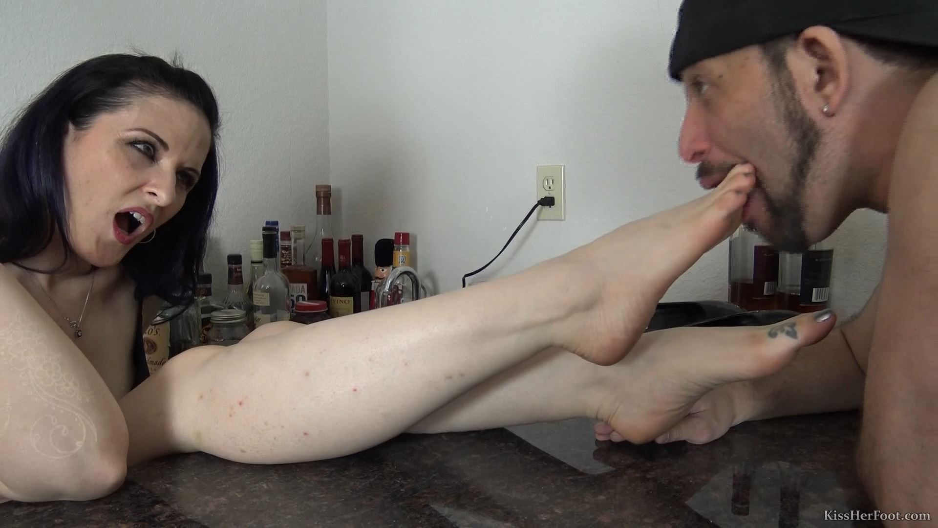 Caroline is being very dominant - KISSHERFOOT - FULL HD/1080p/MP4
