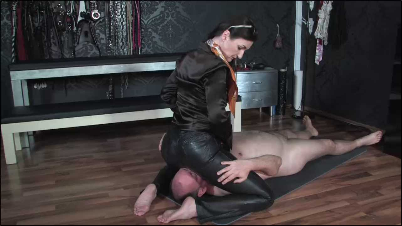 Lady Victoria Valente In Scene: Face sitting smell at my leather ass - LADYVICTORIAVALENTE / REAL GERMAN MISTRESS - HD/720p/MP4