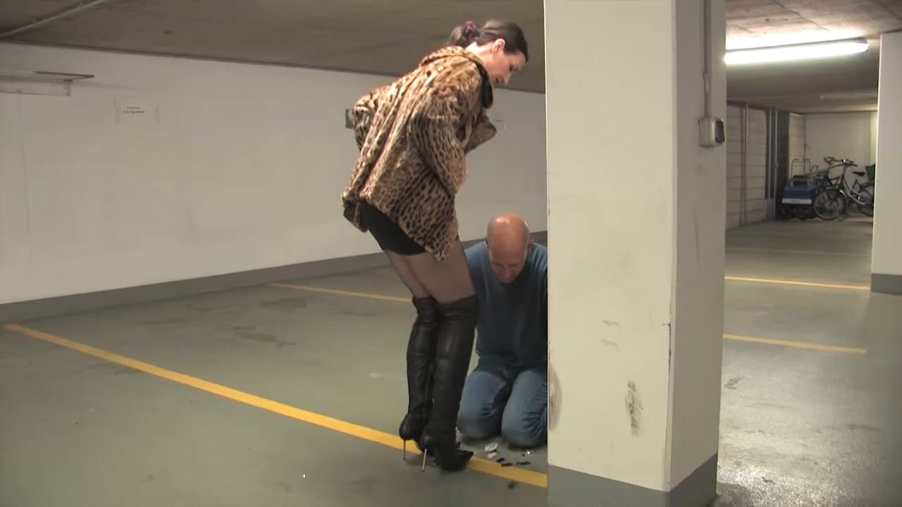 Lady Victoria Valente In Scene: Crush small plastic cars in garage - LADYVICTORIAVALENTE / REAL GERMAN MISTRESS - HD/720p/MP4