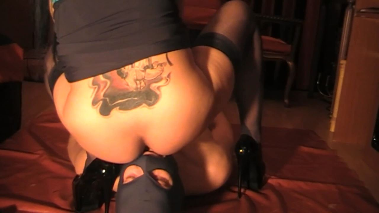 Mistress Anita In Scene: Anita using her toilet for pussy licking - BIZARRE GODDESSES FROM ROMANIA - HD/720p/MP4