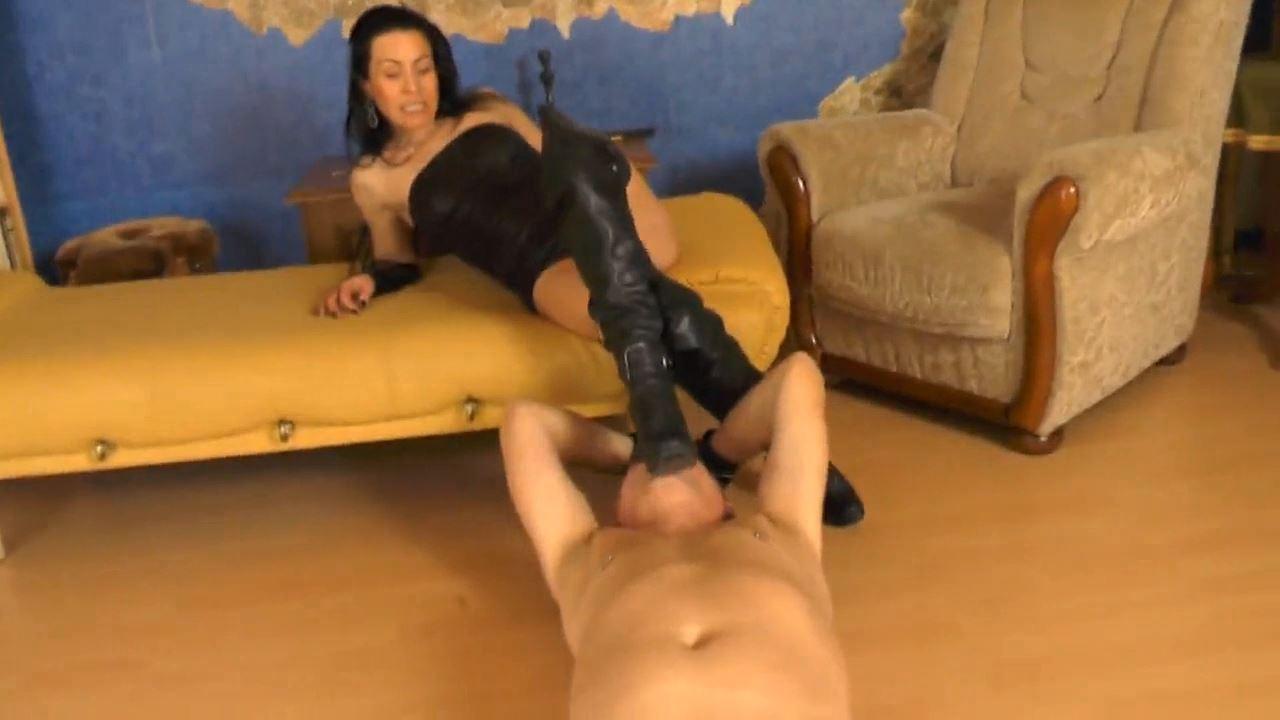 Senora El Combatiente In Scene: Trampling In Sexy Boots - DEUTSCHE DOMINAS / GERMANY FEMDOM - HD/720p/MP4