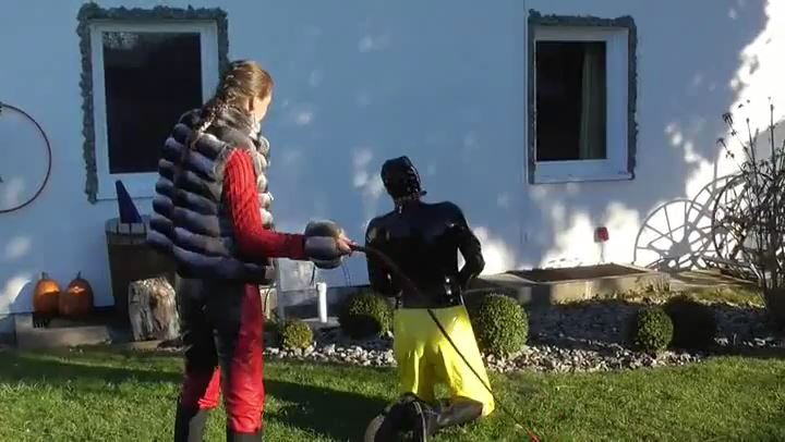Frau Captain's In Scene: Leatherwoman Whips Latex Boy - DEUTSCHE DOMINAS / GERMANY FEMDOM - SD/406p/MP4