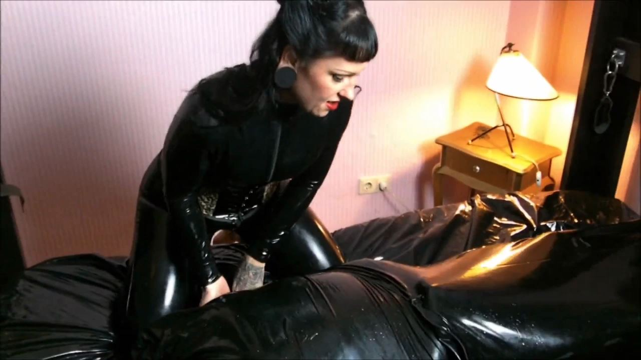 Lady Vampira In Scene: GOLDEN SHOWER HUMILIATION IN LATEX - PIN UP DOMINATION BY LADY VAMPIRA - HD/720p/MP4