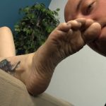 Beautiful Fae relaxes while dante crawls up to her amazing feet – KISSHERFOOT – HD/720p/MP4