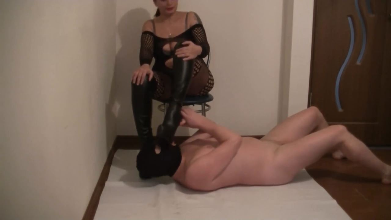 Mistress Roberta In Scene: high heels worshipping - BIZARRE GODDESSES FROM ROMANIA - HD/720p/MP4