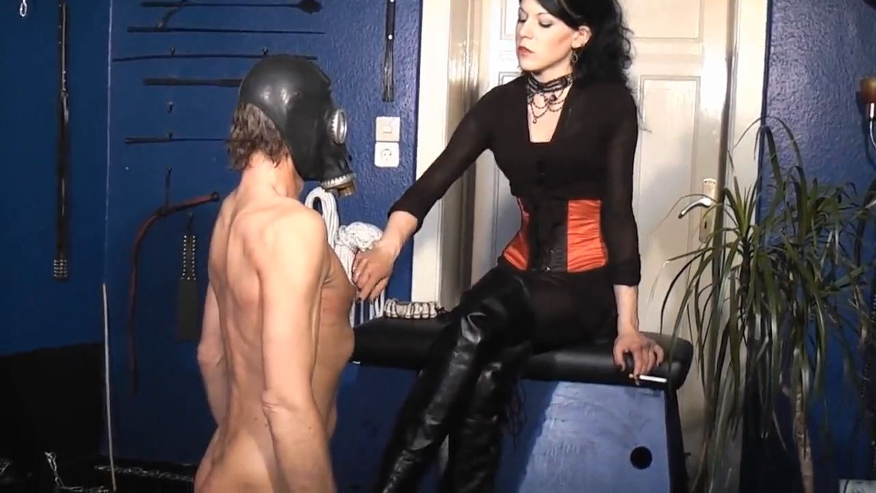 Herrin Morgana In Scene: Cum licked from the boot - DEUTSCHE DOMINAS / GERMANY FEMDOM - HD/720p/MP4