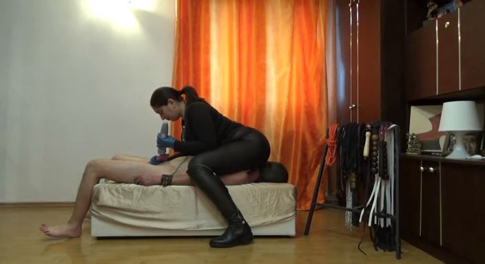 MISTRESS ROBERTA In Scene: Kiss my ass while i play with you - HOUSE OF PAIN - LQ/384p/MP4