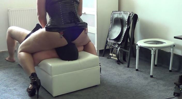 MISTRESS ROBERTA In Scene: Facesitting with breath control training - HOUSE OF PAIN - LQ/384p/MP4