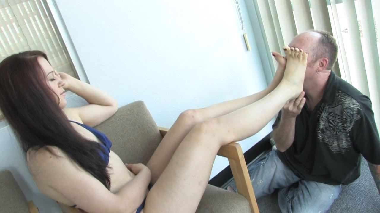 Mistress Cheyenne relaxes on the porch - KISSHERFOOT - HD/720p/MP4