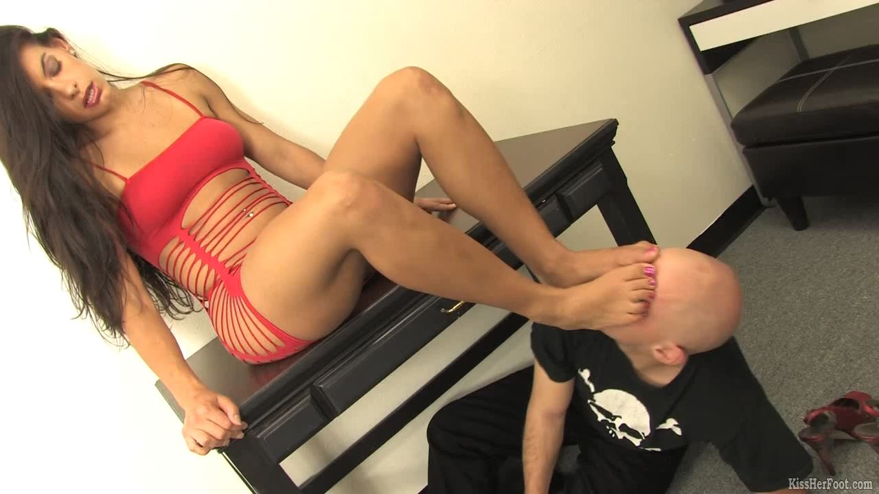 Beautiful Skylar keeps dante under her desk - KISSHERFOOT - HD/720p/MP4