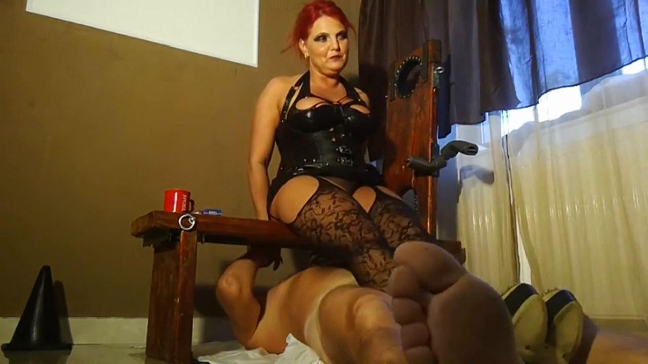 Goddess Andreea In Scene: preparing her toilet for use - BIZARRE GODDESSES FROM ROMANIA - HD/720p/MP4