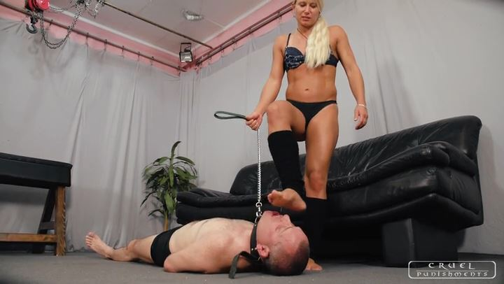 Mistress Zita In Scene: FORCING DOWN HER FEET - CRUEL PUNISHMENTS - SEVERE FEMDOM - SD/406p/MP4
