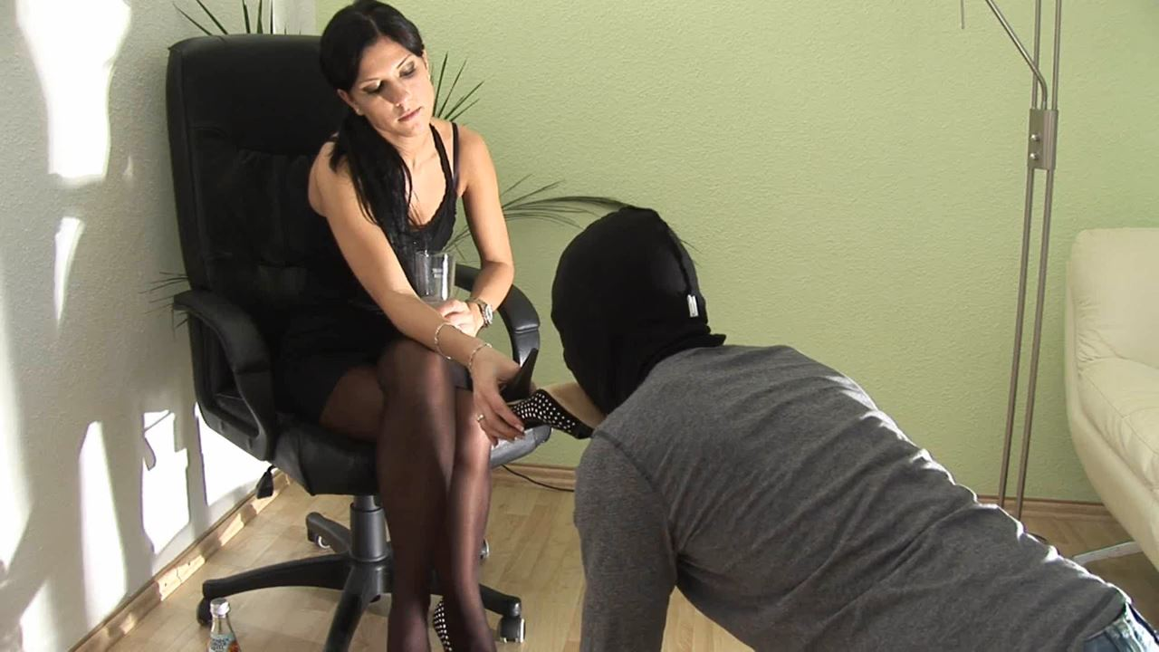 Smoking Mistress has her legs in nylons and heels - FEMDOM STREAMS - SD/576p/MP4