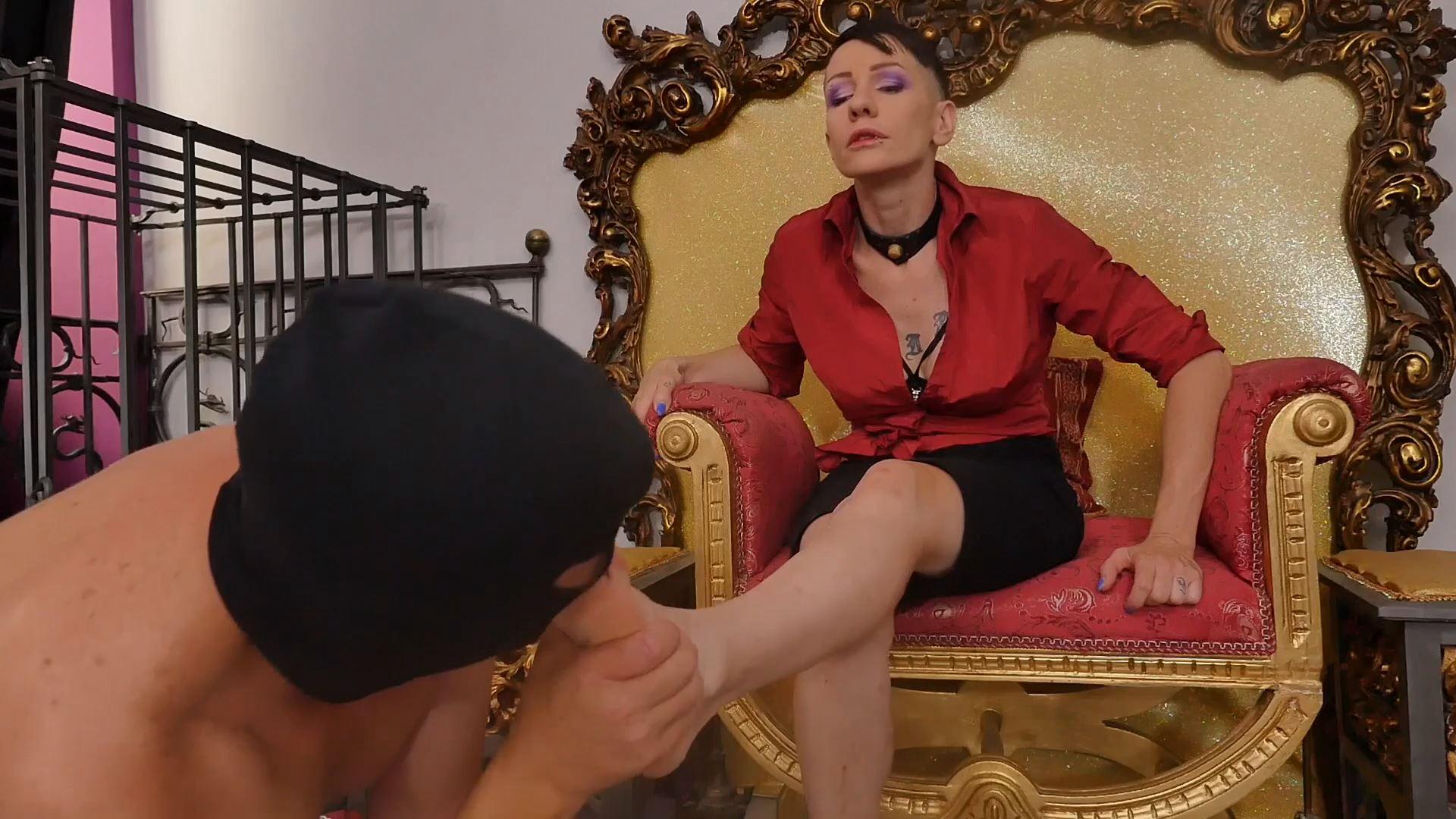 Giada Da Vinci In Scene: SISSY IN TROUBLE: FOOT WORSHIP - PADRONAERA - FULL HD/1080p/MP4