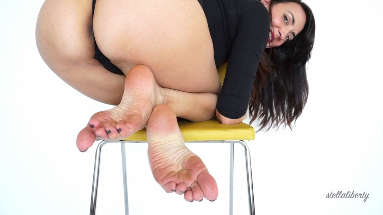 Mistress Stella Liberty In Scene: Booty and Soles on Yellow Chair - STELLALIBERTYVIDEOS - HD/720p/MOV