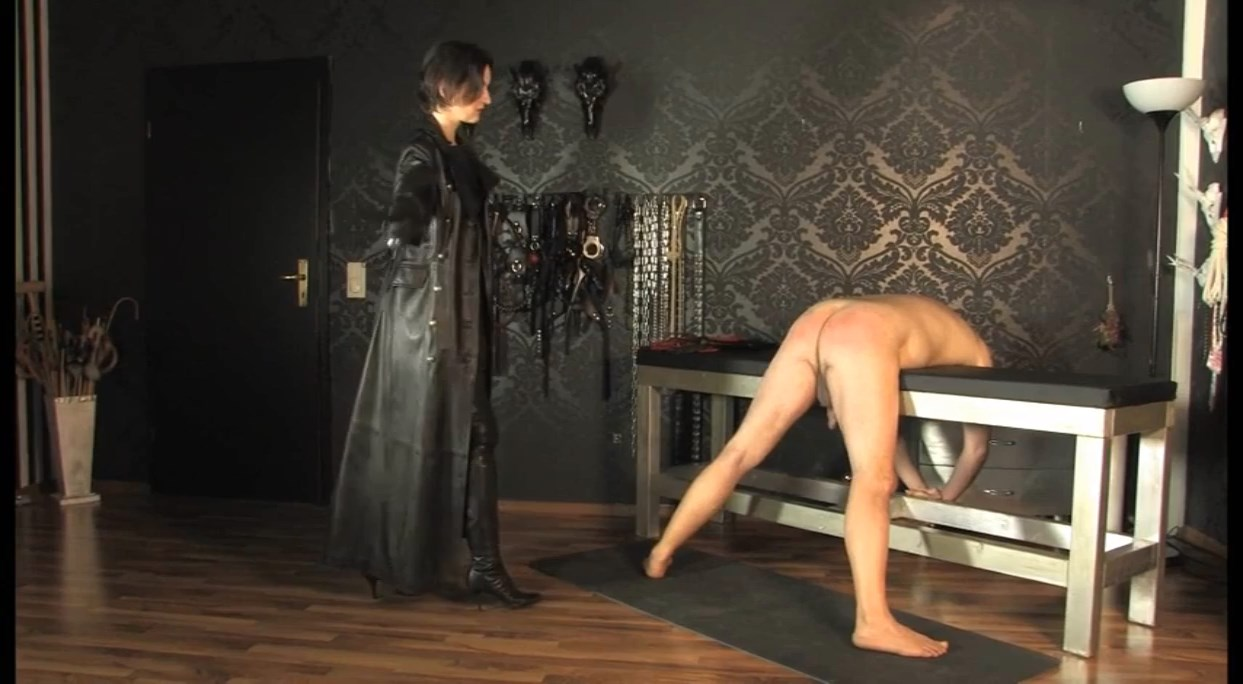 Whipping In A Long Leather Coat - LADY VICTORIA VALENTE - SD/684p/MP4